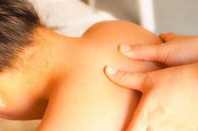 Zu Beginn der Rückenmassage werden die Muskeln mit sanftem Druck aufgewärmt